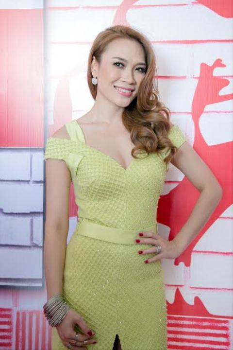 Mỹ Tâm với mái tóc vàng xoăn quen thuộc trong vai trò giám khảo The Voice 2015.