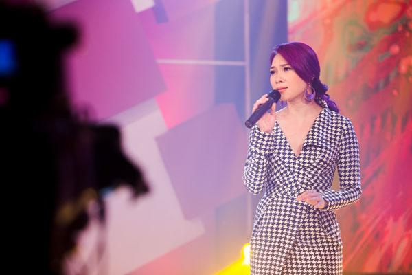 Nữ ca sĩ tóc nâu môi trầm đã chuyển sang mái tóc tím (Đỗ Trang)