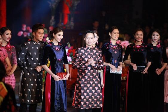 NTK Đỗ Trịnh Hoài Nam trình diễn trang phục áo dài nam do chính anh thiết kế