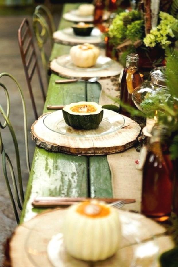 Bạn có thấy hứng thú với phong cách trang trí bàn ăn sân vườn thú vị như thế này không? Nguyên liệu cần có chỉ là một khúc thân cây được xẻ thành từng miếng mỏng để sử dụng.