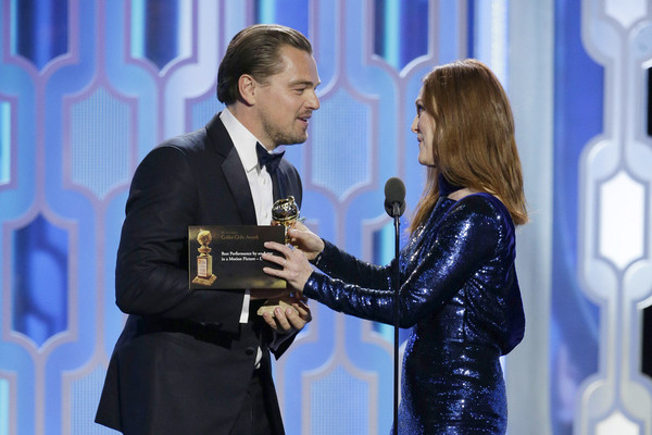 Leonardo DiCaprio nhận giải từ nữ diễn viên Julianne Moore. (Ảnh: Handout/Getty Images North America)