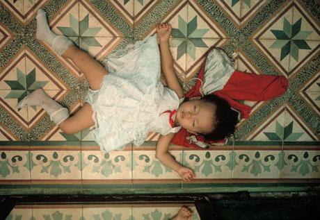 TPHCM, 1989: Cô con gái nhỏ của một chủ cửa hiệu nằm ngủ ở một góc nhà