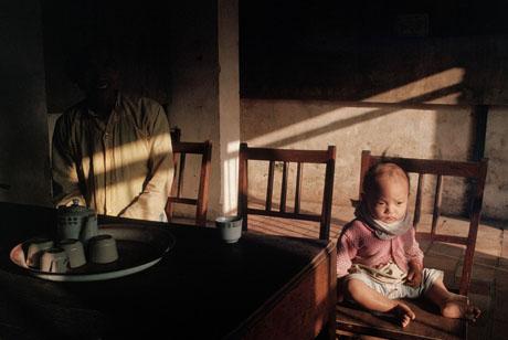Huế, 1989: Đứa trẻ ngồi trong phòng tiếp khách ở một ngôi đình