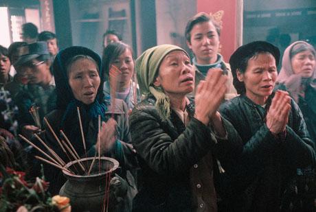 Hà Nội, 1989: Những người đến cầu khấn ở một ngôi đền trong dịp Tết