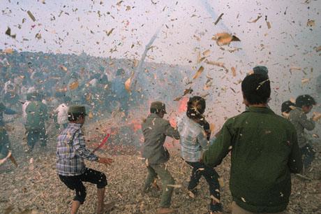 Đồng Kỵ, Bắc Ninh, 1989: Những mảnh pháo bắn ra tứ phía, thanh niên trong làng Đồng Kỵ đang cùng nhau chơi pháo Tết
