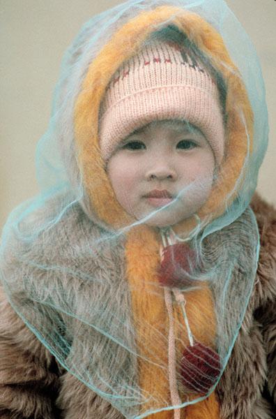 Hà Nội, 1989: Em bé choàng khăn bông bay