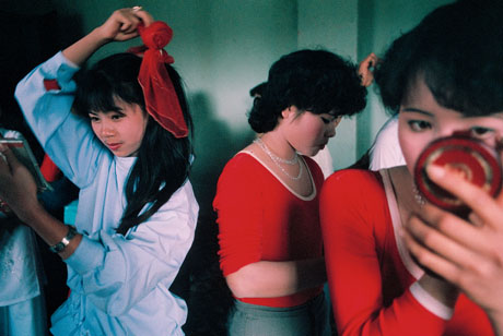 Hà Nội, 1989: Hậu trường trang điểm của các thí sinh tham gia cuộc thi tìm kiếm người đẹp thanh lịch Hà Nội