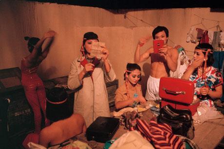 Hà Nội, 1989: Các nghệ sĩ của một nhà hát đang chuẩn bị cho đêm diễn