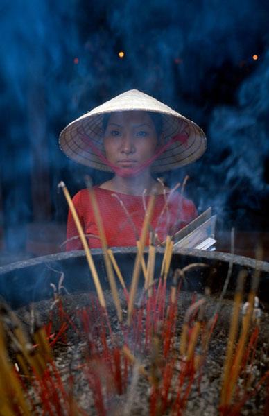 Hà Nội, 2004: Một phụ nữ đi lễ chùa