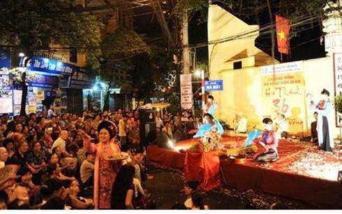 Một chương trình âm nhạc dân gian tại khu phố đi bộ trong phố cổ (Ảnh: Zing)