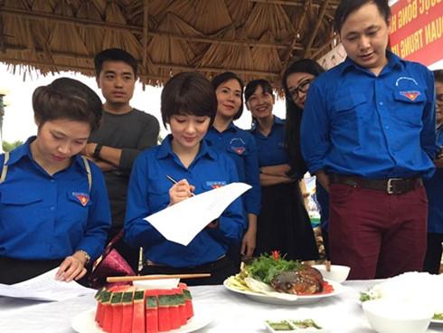 Người đẹp diện áo Đoàn chấm thi nấu ăn tại sự kiện (Ảnh: Facebook nhân vật)