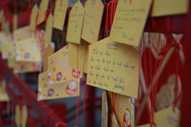 Những thẻ gỗ Ema được gửi gắm ước mong trong năm mới của các bạn trẻ