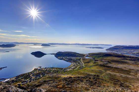 Quang cảnh của các thị trấn ở Hammerfest và Rypefjord nhìn từ núi Tyven, Na Uy vào ban đêm.
