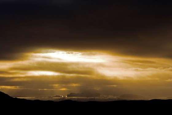 Ánh nắng Mặt trời lúc lửa đêm chiếu sáng trên những tảng băng trôi tạo nên hiệu ứng đầy ấn tượng.