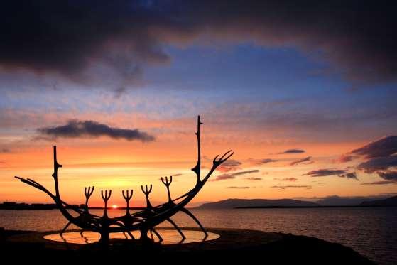 Hình ảnh tác phẩm điêu khắc tàu Viking dưới ánh nắng Mặt trời lúc nửa đêm trên đường chân trời.