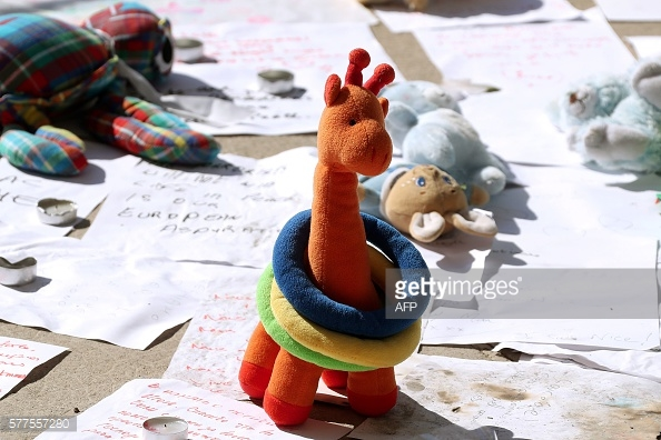 Nhiều đồ chơi của các em nhỏ còn sót lại tại hiện trường sau vụ tấn công tại Nice.