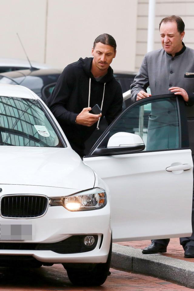 Ibra rời khách sạn Lowry với vẻ mặt kém vui