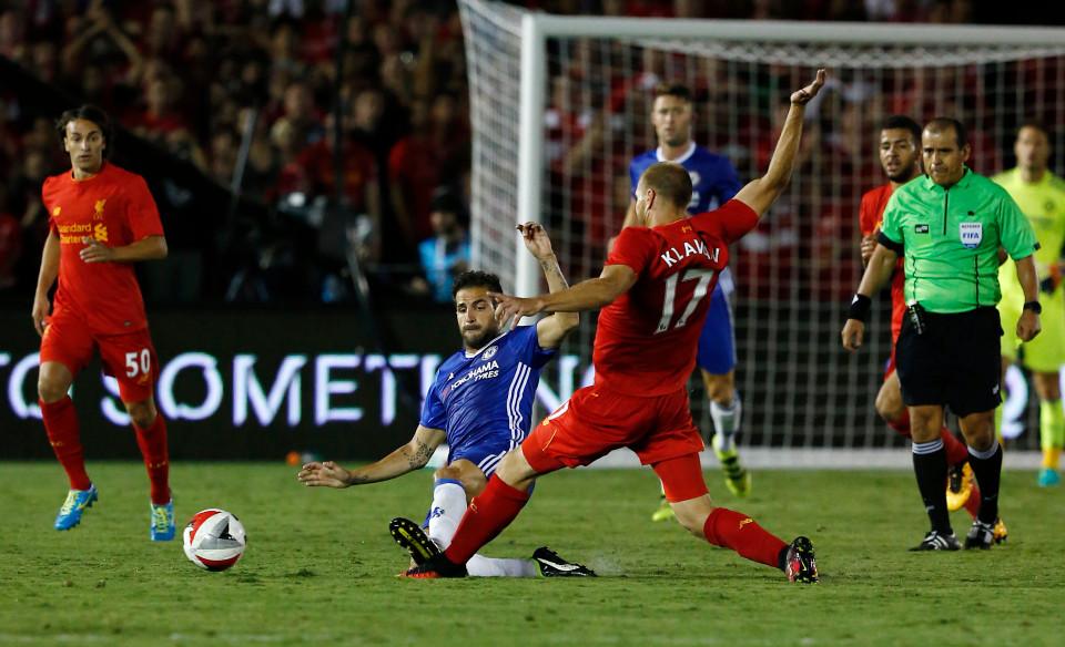 Fabregas phi thằng vào bàn chân của Klavan trong trận Chelsea - Liverpool