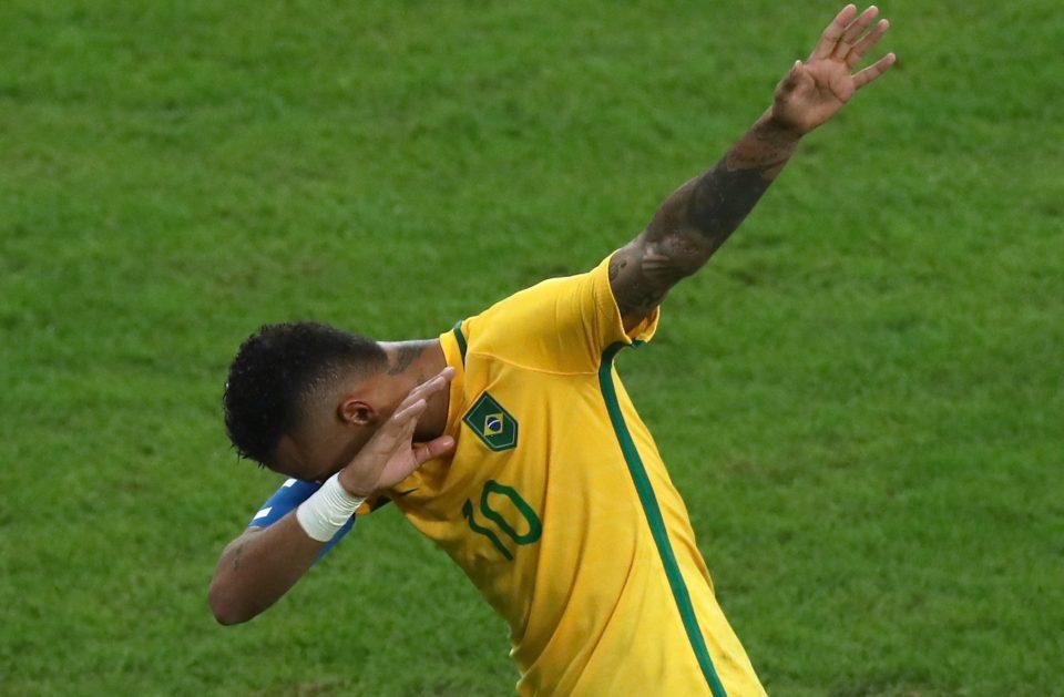 Động tác ăn mừng mang phong cách Usain Bolt của Neymar