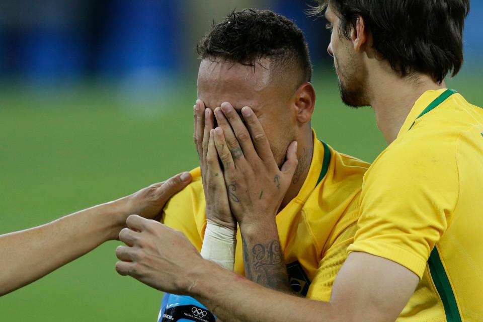 Anh ôm mặt khóc ngon lành trong vòng của các đồng đội