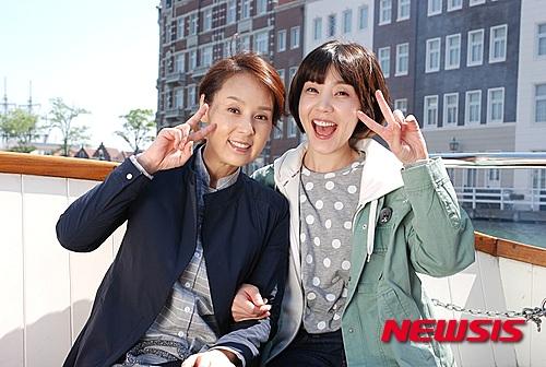 Nữ diễn viên Shin Da Eun và Jeon Mi Seon vui vẻ chụp hình cùng nhau. Trong phim, hai người đóng vai mẹ con.