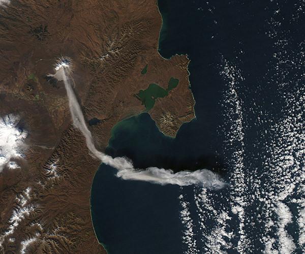 Khói bụi dâng cao khi núi lửa Shiveluch tuôn trào, Kamchatka