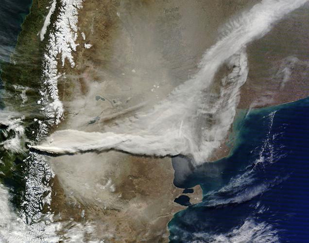 Khói bụi cuồn cuộn tràn qua Argentina ra Đại Tây Dương