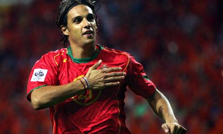 7 - Nuno Gomes. Trước Ronaldo, nếu Figo được mệnh danh là cầu thủ tài hoa bậc nhất của bóng đá Bồ Đào Nha thì chính Nuno Gomes mới là ngòi nổ giúp Selecao châu Âu vươn mình trở thành một thế lực của bóng đá khu vực. Dù sự nghiệp gặp nhiều trắc trở do chấn thương hành hạ, tuy nhiên, Nuno Gomes đã ghi được rất nhiều bàn thắng quan trọng cho đội bóng áo bã trầu. Sau 14 trận đấu tại Euro 2000, 2004, 2008, Nuno Gomes đã ghi được 6 bàn thắng.