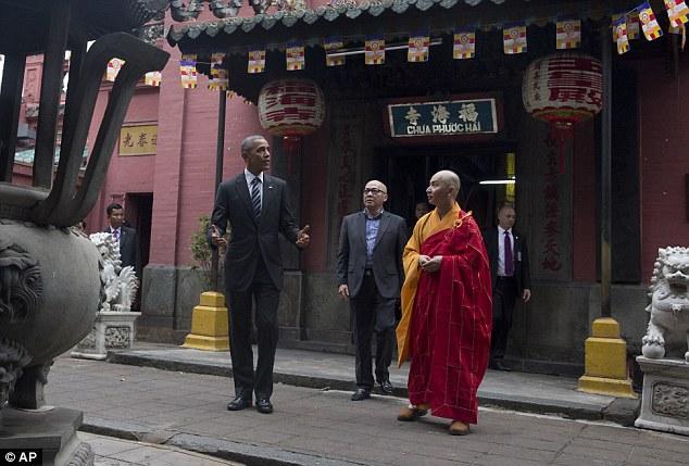 Sau khi tới TP.HCM, Tổng thống Obama đã ghé thăm Chùa Ngọc Hoàng.