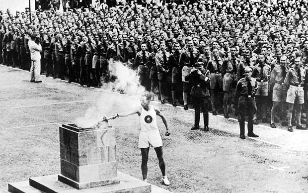 Nghi lễ thắp đuốc tại Olympic 1936.