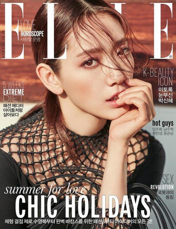 Là một trong những gương mặt ngôi sao được hâm mộ tại Hàn Quốc,Park Shin Hye không chỉ sở hữu gương mặt đẹp, vẻ duyên dáng mà cô còn khẳng định tài năng qua nhiều vai diễn xuất sắc. Trở thành nhân vật trang bìa của tạp chí Elle số mới, Shin Hye gây ấn tượng cho người xem bởi diện mạo đầy mê hoặc của mình.