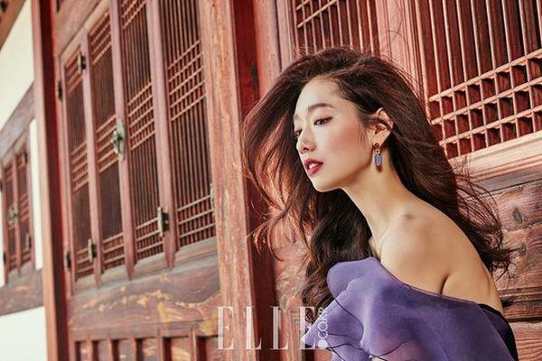 Hình ảnh nữ diễn viên Người thừa kế gợi cảm khoe lưng trần với vẻ đẹp tựa nữ thần chính là điểm nhấn của bộ hình.