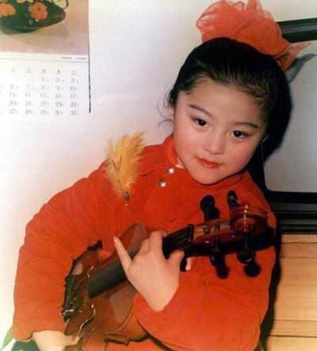 Bà Trương Truyền Mỹ, mẹ cô từng là diễn viên múa. Do chịu nhiều ảnh hưởng từ cha mẹ nên từ nhỏ cô cũng đã yêu thích văn nghệ.