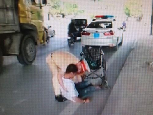 Người thanh niên tật nguyền may mắn được Trung tá Phạm Văn Tuyến giúp đỡ (Ảnh chụp từ clip)