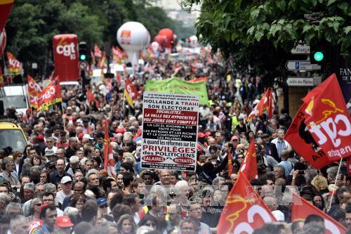 Người dân Pháp tham gia biểu tình phản đối luật cải cách lao động mới tại thủ đô Paris ngày 28/6. (Ảnh: AFP/TTXVN)