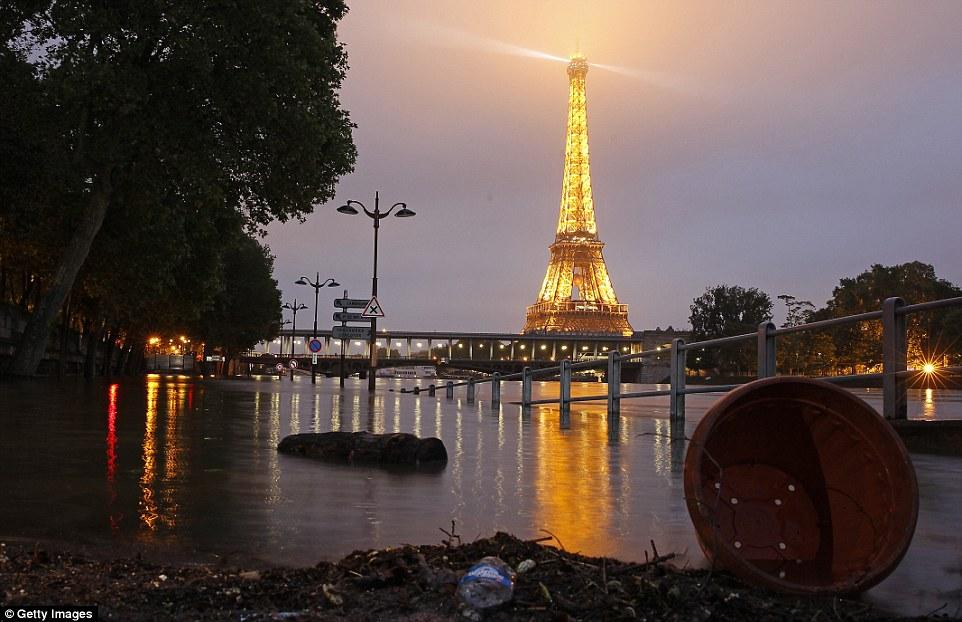1 tuần trước, Paris vẫn còn ngập trong biển nước.