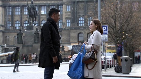 Bình Minh và Lan Phương trong một cảnh quay tại CH Czech (Ảnh do đoàn làm phim cung cấp)