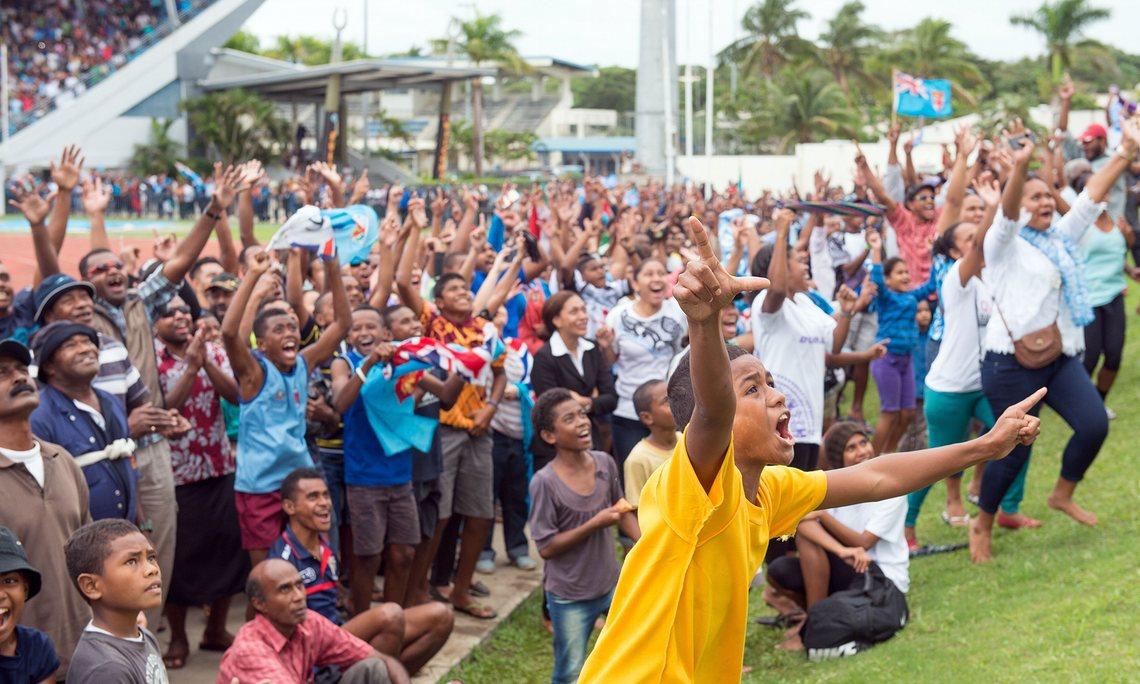 Người dân Fiji tập trung ở sân vận động ANZ của thủ đô Suva để theo dõi trực tiếp qua màn hình lớn trận đấu chung kết giữa đội tuyển bóng bầu dục nam 7 người của Fiji và đội tuyển của Vương quốc Anh. Cuối cùng, đội Fiji đã giành chiến thắng cách biệt 43-7.