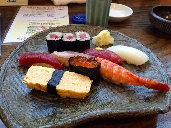 Một đĩa sushi tại một trong những nhà hàng tốt nhất của sân bay, Sushi Kyotatsu.