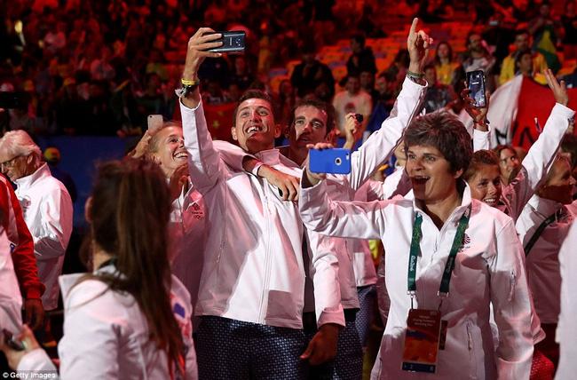 Các vận động viên selfie để lưu giữ khoảnh khắc hiếm có trong đời.