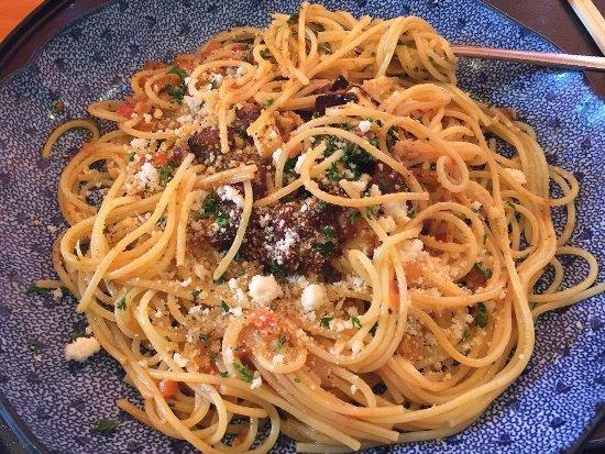 Bạn có thể thưởng thức mì spaghetti kiểu Nhật ở quán Goemon, cửa số 1.