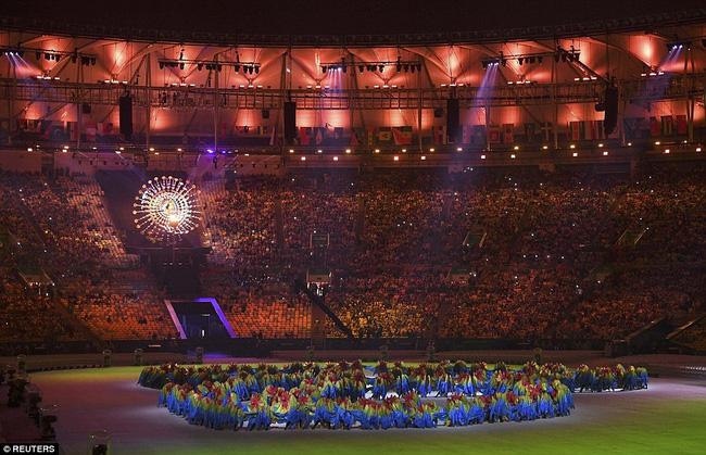 Bất chấp mưa lớn, lễ bế mạc vẫn nổi bật lên màu sắc rực rỡ của những lễ hội truyền thống Brazil.