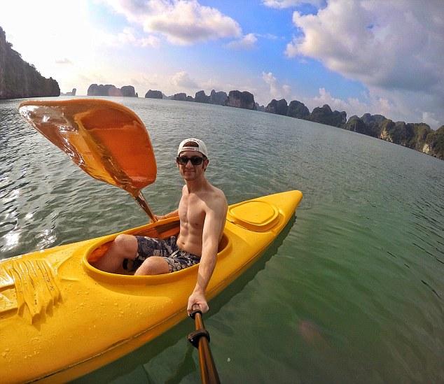Goldberg chèo thuyền ở vịnh Hạ Long, Việt Nam