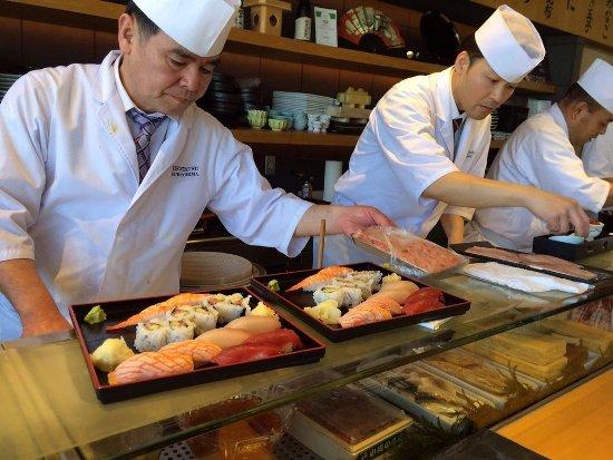 Các món sushi của nhà hàng này nổi tiếng vì làm bằng cá tươi mua từ Tsukiji, một chợ cá nổi tiếng của Tokyo.