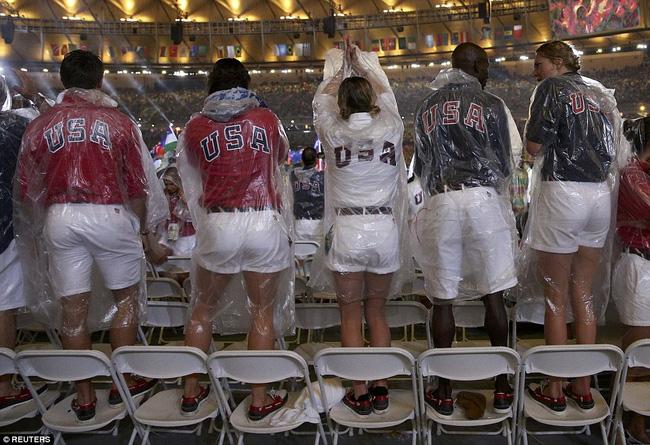 Các cổ động viên và các vận động viên đã phải mặc áo mưa để tham dự lễ bế mạc Olympic Rio 2016.