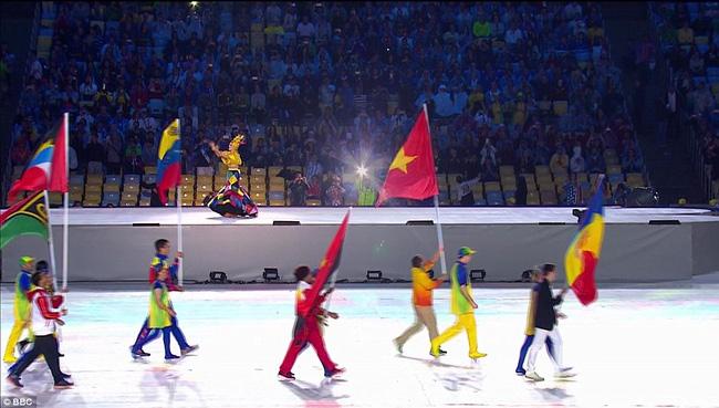 Lá cờ Việt Nam tung bay ở sân Maracana huyền thoại. Với 1 HCV và 1 HCB do xạ thủ Hoàng Xuân Vinh giành được, đoàn thể thao Việt Nam đã xếp thứ 48 ở Olympic Rio 2016.