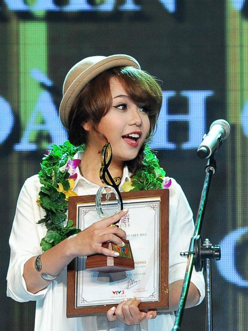 Thái Trinh từng hai lần lên sân khấu nhận giải Nữ tác giả triển vọng và giải thưởng do Nhà sản xuất bình chọn với ca khúc Đứng yên tại Bài hát Việt.