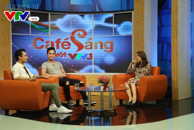 Ca sĩ Khắc Việt và Khắc Hưng trong chương trình Café sáng cuối tuần.