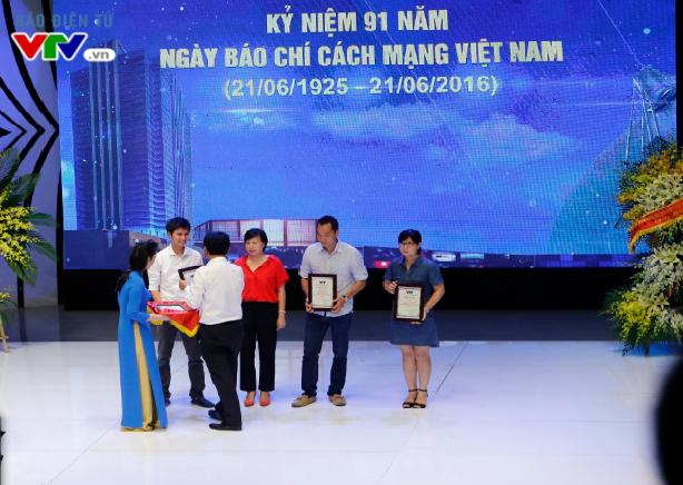 TGĐ Trần Bình Minh trao tặng bằng khen cho Ban Truyền hình đối ngoại, Ban Thanh thiếu niên, Ban Khoa giáo và Trung tâm tin tức VTV24