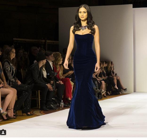 Pia Wurtzbach trở thành khách mời và sải bước trong show thời trang mùa Thu của Sherri Hill.